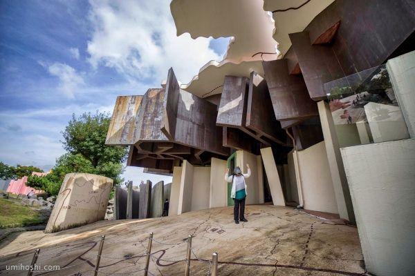 Casa del Parecido Crítico (極限で似るものの家). El Sitio del Destino Reversible (養老天命反転地). Yoro Park. Yoro (Gifu). Japón