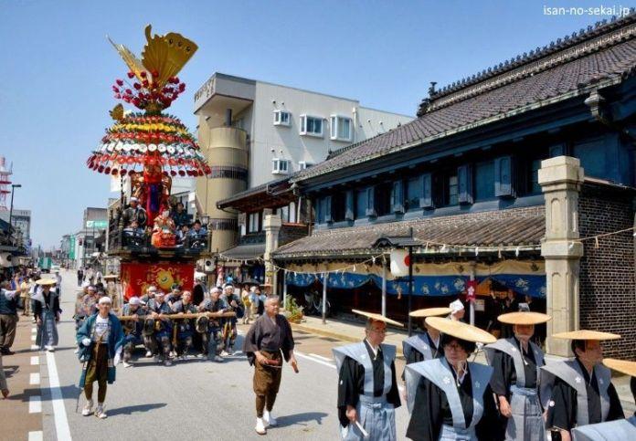 Festivales de Japón: el Takaoka Mikurumayama Matsuri (高岡御車山祭) es un festival con más de 400 años de historia celebrado cada año el 1 de mayo en Takaoka, una ciudad de la prefectura de Toyama. Este festival fue declarado bien cultural intangible de la UNESCO el 1 de diciembre de 2016.