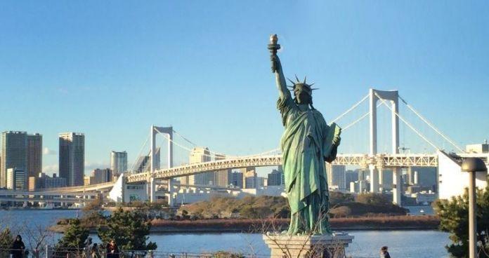 Réplica de la Estatua de la Libertad en la isla artificial de Odaiba (Tokio, Japón)