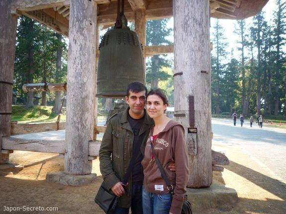 Dewa Sanzan: monte Haguro. Santuario Gosaiden. Campana gigante