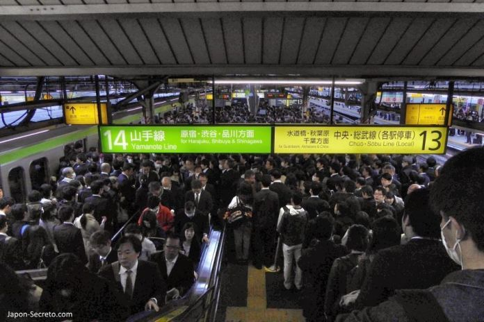 Estación de Shinjuku (Tokio) abarrotada de gente a la hora de ir a trabajar
