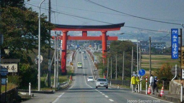 Dewa Sanzan: monte Haguro. Torii gigante Haguro Ōtorii