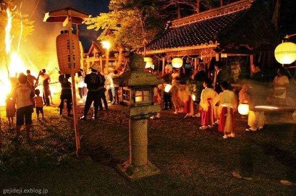 Festivales de Japón: Hifuri Matsuri(火ふり祭), un festival de fuego celebrado en agosto en el pueblo deHino (日野町), situado en la prefectura de Shiga.