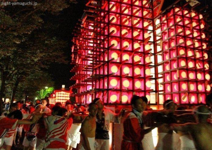Carrozas yamagasa en el festival Yamaguchi Tanabata Chōchin Matsuri