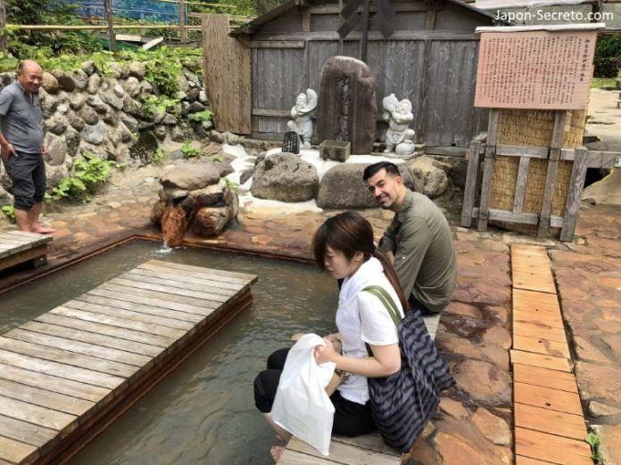 Japón. Ruta de peregrinación Dewa Sanzan. Monte Yudono (Yudonosan). Yudonosan Jinja. Pediluvio para lavarse los pies antes de entrar en terreno sagrado