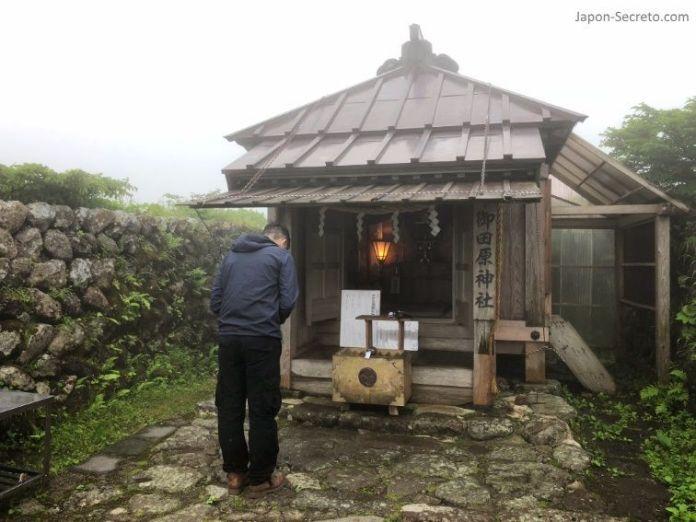 Japón. Ruta de peregrinación Dewa Sanzan. Monte Gassan. Rezando en el santuario.
