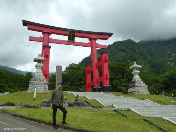 Japón. Ruta de peregrinación las tres Montañas de Dewa (Dewa Sanzan). Monte Yudono (Yudonosan). Gran puerta torii de entrada.