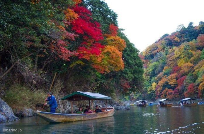 Japón: disfrutar del momiji en Kioto en otoño. Paseo en barca en Arashiyama