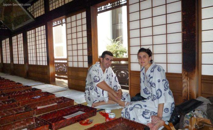 Viajar a Shikoku. Dogo Onsen (Matsuyama, Ehime). En el interior de la casa de baños Dogo Onsen Honkan. Sala común de la segunda planta.