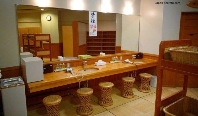 Baños tradicionales en Japón: zona de vestuarios de un onsen. Cestas para la ropa a la derecha.