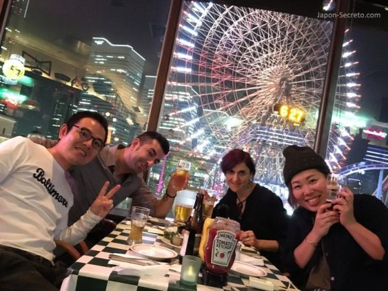 Con amigos de Yokohama cenando al lado de la noria Cosmo World de Minato Mirai. Yokohama (Japón).