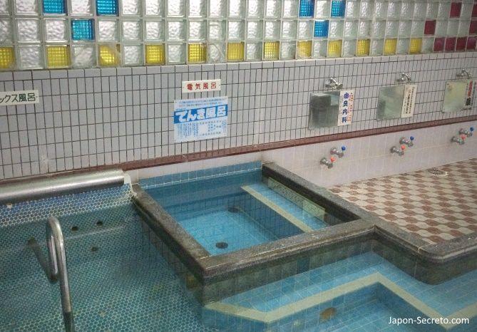 Baños en Japón. Baño eléctrico (電気風呂, denkiburo) en un sento tradicional de barrio. Tennoji (Osaka). Enero de 2015