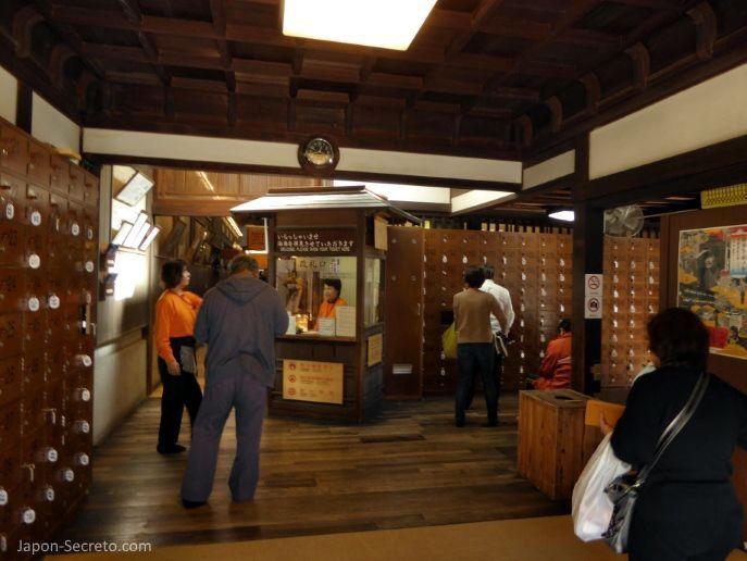 Viajar a Shikoku. Dogo Onsen (Matsuyama, Ehime). Entrada a la casa de baños Dogo Onsen Honkan.