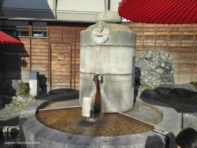 """Viajar a Shikoku. Dogo Onsen (Matsuyama, Ehime). Manantial del """"ashiyu"""" (pediluvio) al lado del reloj Botchan Karakuri."""