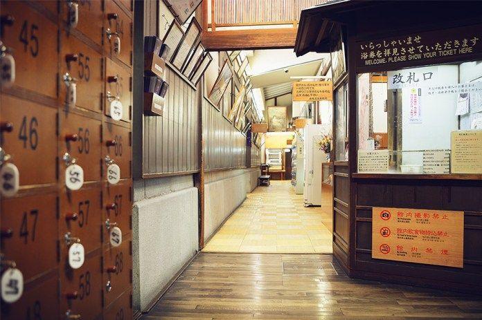 Viajar a Shikoku. Dogo Onsen (Matsuyama, Ehime). Casa de baños Dogo Onsen Honkan. Taquillas en la entrada.
