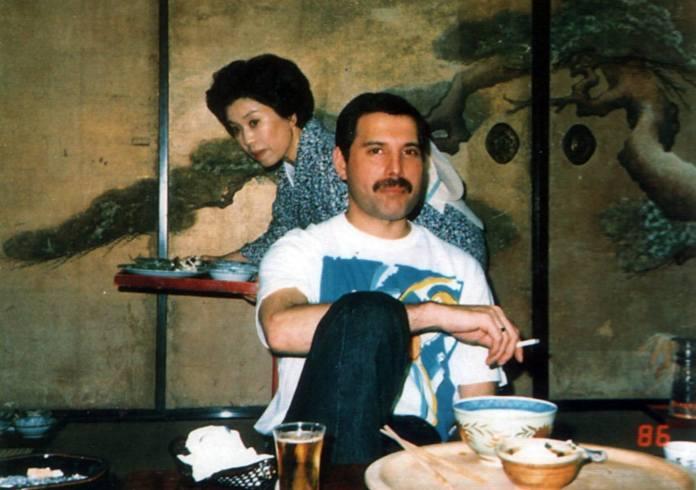 Freddie Mercury atendido por una japonesa en un ryokan (Japón, 1986)