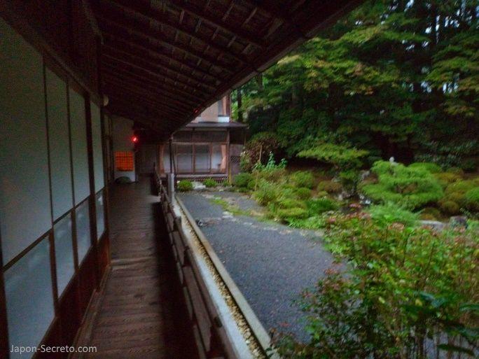 Viajar al Monte Koya o Koyasan: jardín del templo Muryokoin (shukubo)