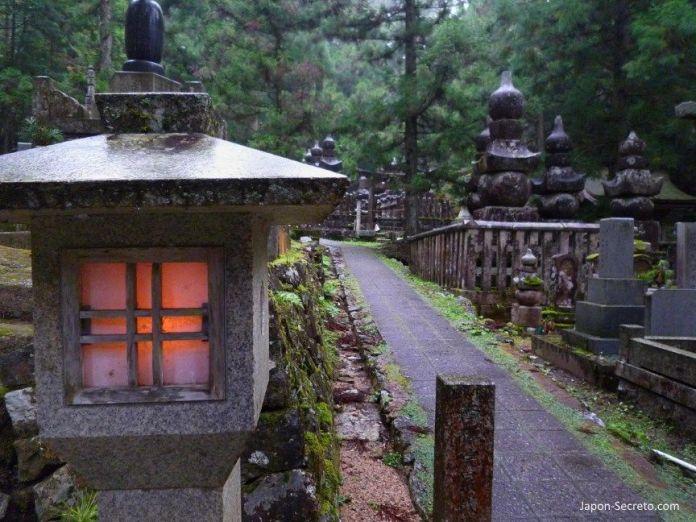 Viajar al Monte Koya o Koyasan (Wakayama): cementerio Okunoin. Faroles de piedra, lápidas y musgo