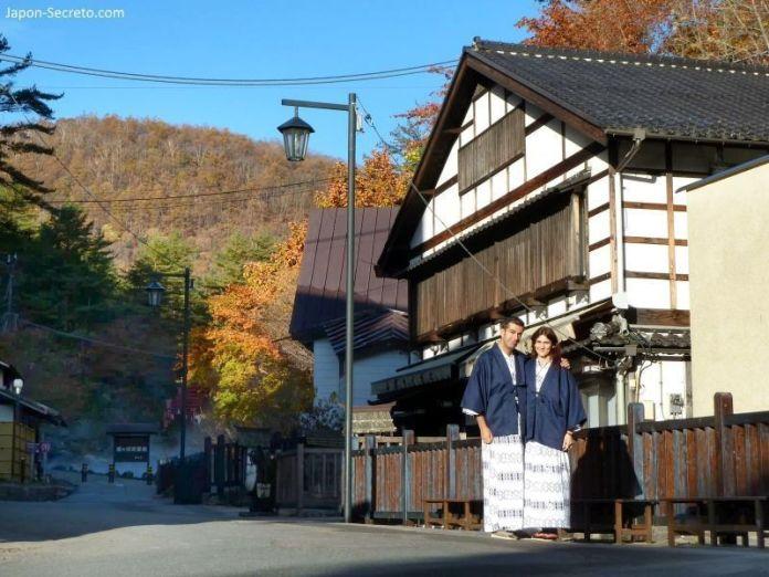 Paseando vestidos con yukata por Kusatsu Onsen durante la época del momiji (enrojecimiento de las hojas de los árboles).