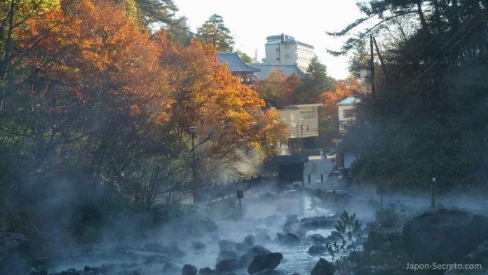 """El parque Sainokawara de Kusatsu Onsen en otoño, disfrutando de los colores otoñales o """"momiji"""""""