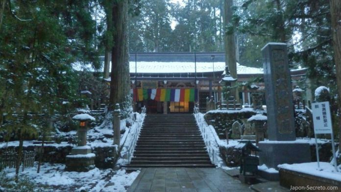 Viajar al Monte Koya o Koyasan: cementerio Okunoin. Tōrōdō (燈籠堂) o sala de los faroles. Nieve en invierno