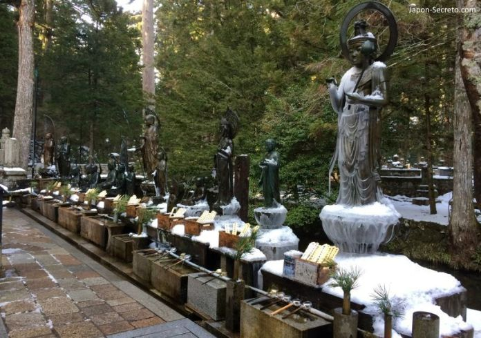 Viajar al Monte Koya o Koyasan (Wakayama): cementerio Okunoin. Estatuas Mizumuke Jizō cerca del Torodo.
