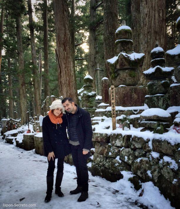 Viajar al Monte Koya o Koyasan (Wakayama): cementerio Okunoin. Lápidas y musgo. Nieve en invierno
