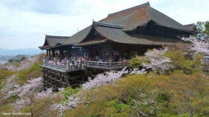 Edificio principal del templo Kiyomizudera (清水寺) y su famoso balcón. Kioto. Primavera en Japón