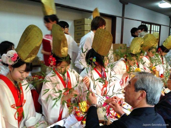 """Lindas japonesas adornando la sasa o rama de bambú en el Festival Tōka Ebisu Taisai (十日えびす大祭) o """"Gran Festival del décimo día de Ebisu"""" en enero en el santuario Imamiya Ebisu de Ōsaka (今宮戎神社)"""