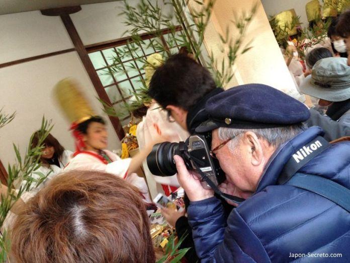 """Señor fotografiando a las guapas chicas japonesas del Festival Tōka Ebisu Taisai (十日えびす大祭) o """"Gran Festival del décimo día de Ebisu"""" en enero en el santuario Imamiya Ebisu de Ōsaka (今宮戎神社)"""