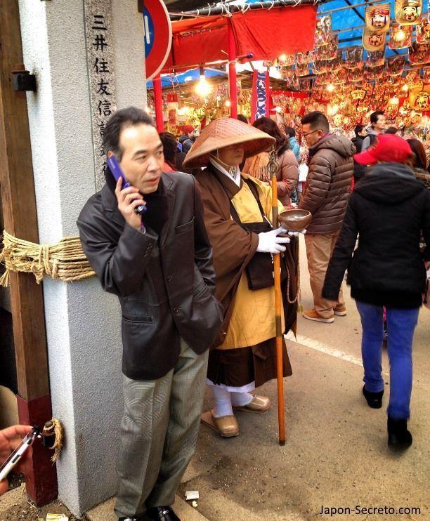 """Curiosa imagen durante el Festival Tōka Ebisu Taisai (十日えびす大祭) o """"Gran Festival del décimo día de Ebisu"""" en enero en el santuario Imamiya Ebisu de Ōsaka (今宮戎神社)"""