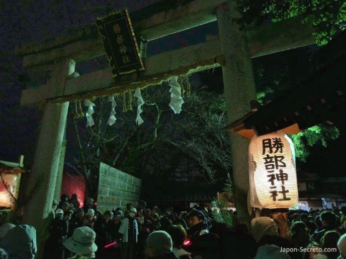 Festivales de Japón: KatsubeNo Hi Matsuri (勝部の火祭り) o Festival del Fuego de Katsube (Moriyama, prefectura de Shiga). Esperando a la procesión de hombres desnudos.