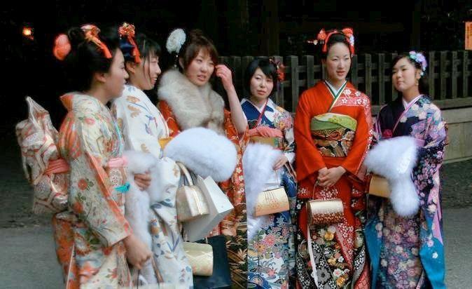 """Chicas vestidas con kimono furisode posando en Harajuku. Día de la Mayoría de Edad (成人の日, """"Seijin No Hi"""")."""