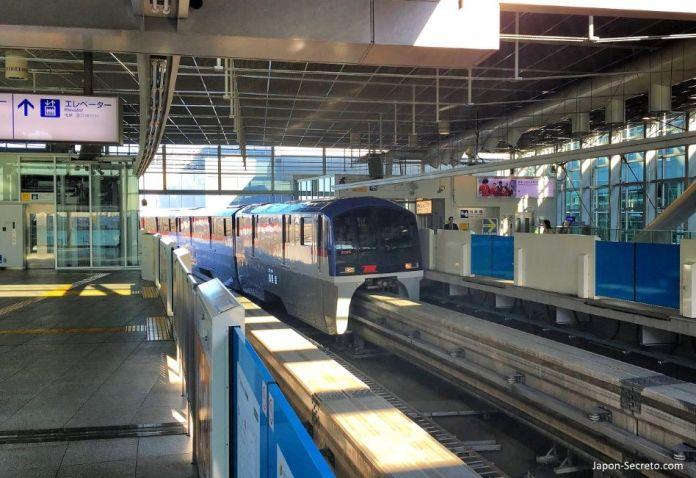 Tokyo Monorail (東京モノレール) entre el aeropuerto de Haneda y la estación de Hamamatsuchō (モノレール浜松町). Tokio. Japón