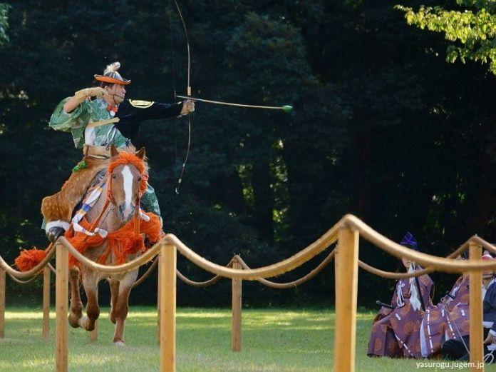 Yabusame (tiro con arco a caballo) en el santuario Meiji Jingu (Tokio) en noviembre