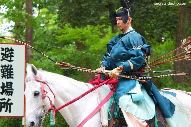 Arquero a caballo en Japón (yabusame). Ritual Yabusame Shinji del festival Aoi matsuri de Kioto