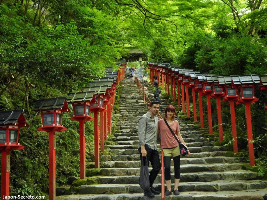 Famosas escaleras de acceso al santuario Kifune. Excursión a Kibune (Kioto) en verano.