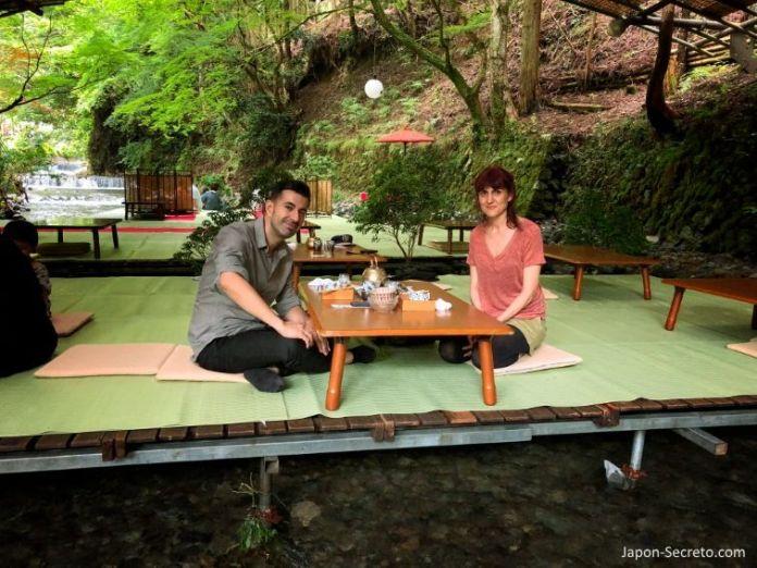 Kawadoko (comida sobre el río). Kibune (Kioto) en verano.