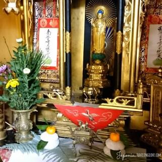 Kagami-mochi na butsudanie, ołtarzyku buddyjskim. Tak też można.