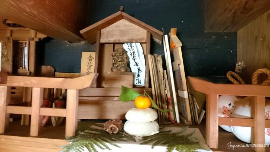 Małe kagami-mochi na kamidanie w wejściu do ozashiki