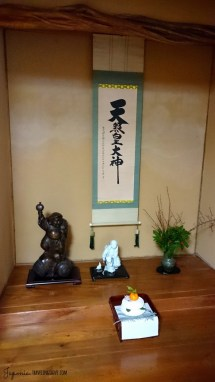 Największe kagami-mochi zawędrowało przed ozdobną wnękę tokonoma