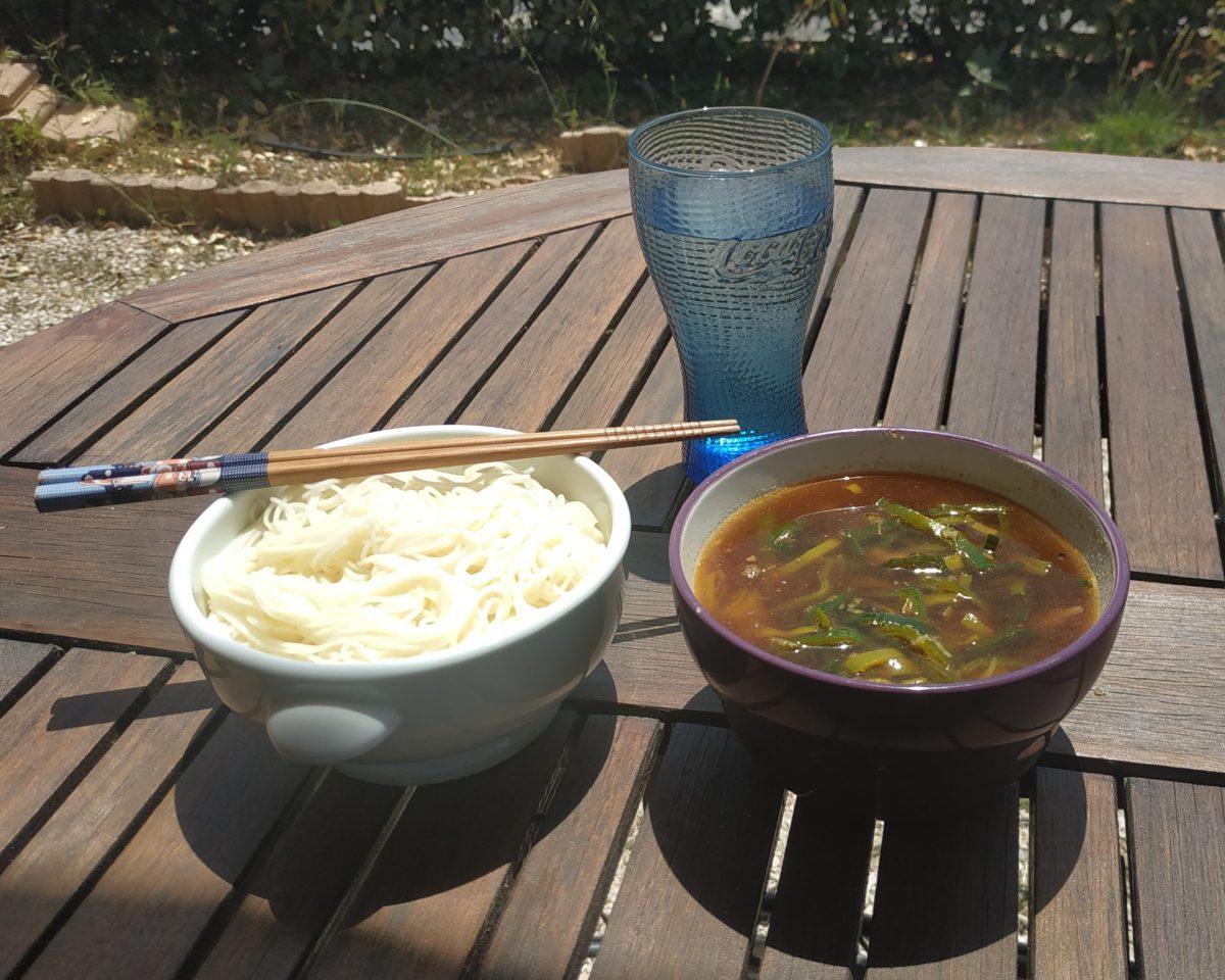 Nouilles cuites et froides somen avec un bouillon chaud tsukemen