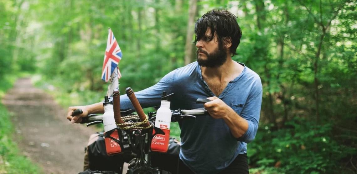 Fotógrafo vende tudo para viajar de bike pelo mundo