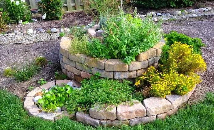 8 Benefícios de construir uma espiral de ervas