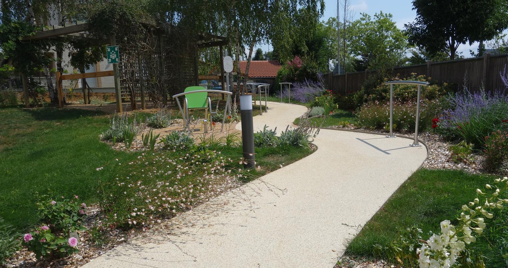 Jardin sensoriel et thérapeutique de la résidence du Cercle : premier été après la plantation.