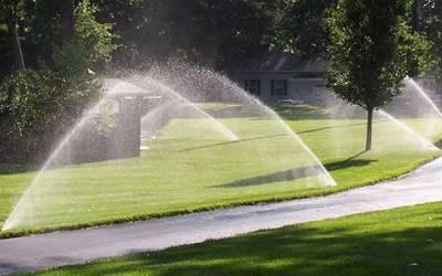 Aspersores de agua para riego del jardín