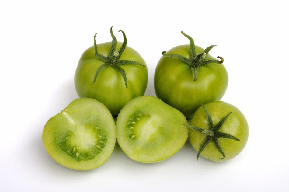 3 tomates vertes entières, une tomate verte coupée en deux