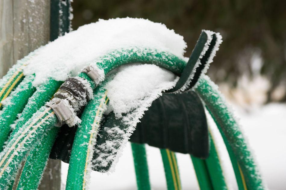 Tuyau d'arrosage laissé à l'extérieur en hiver.