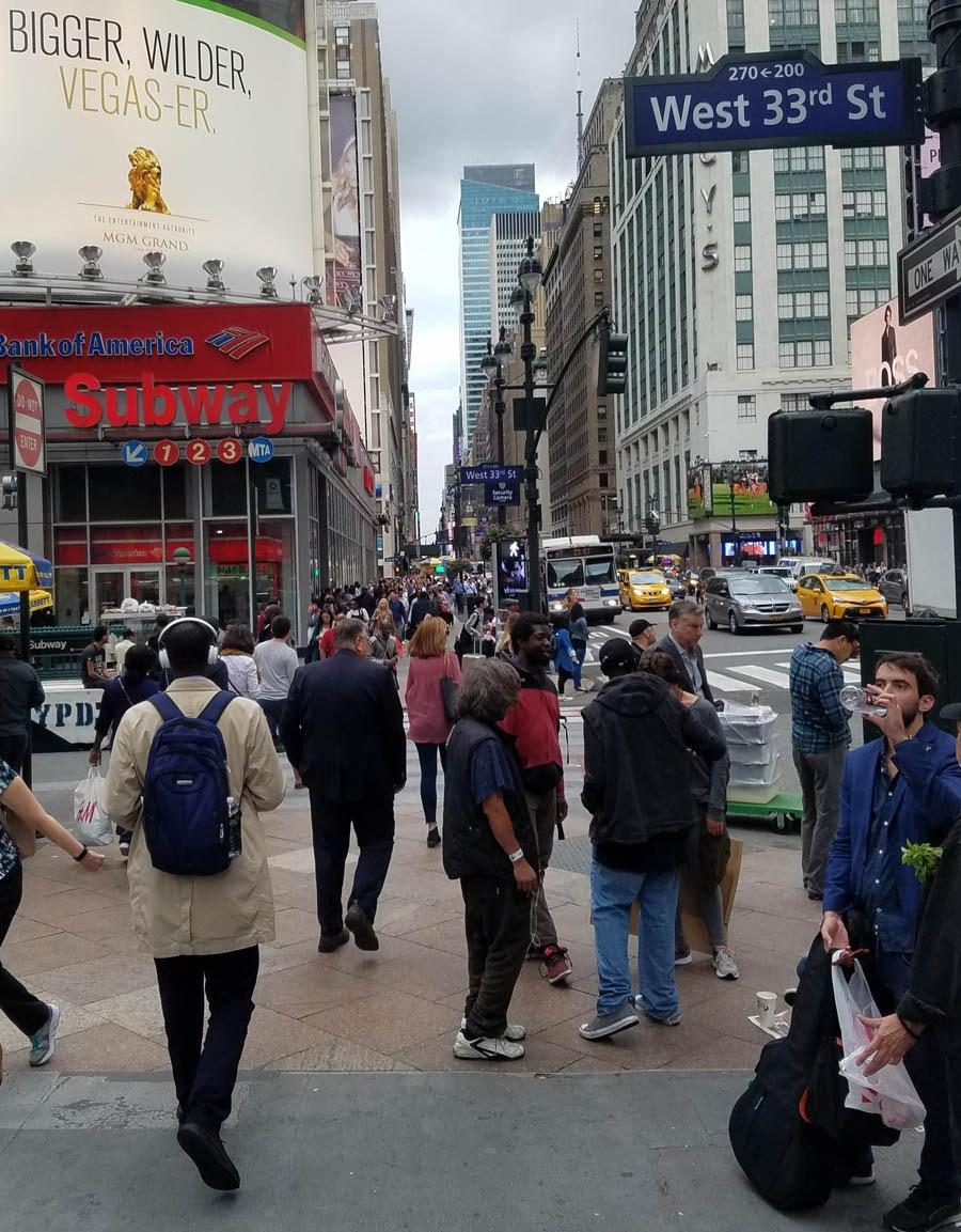 Rue de New York remplie de personnes.