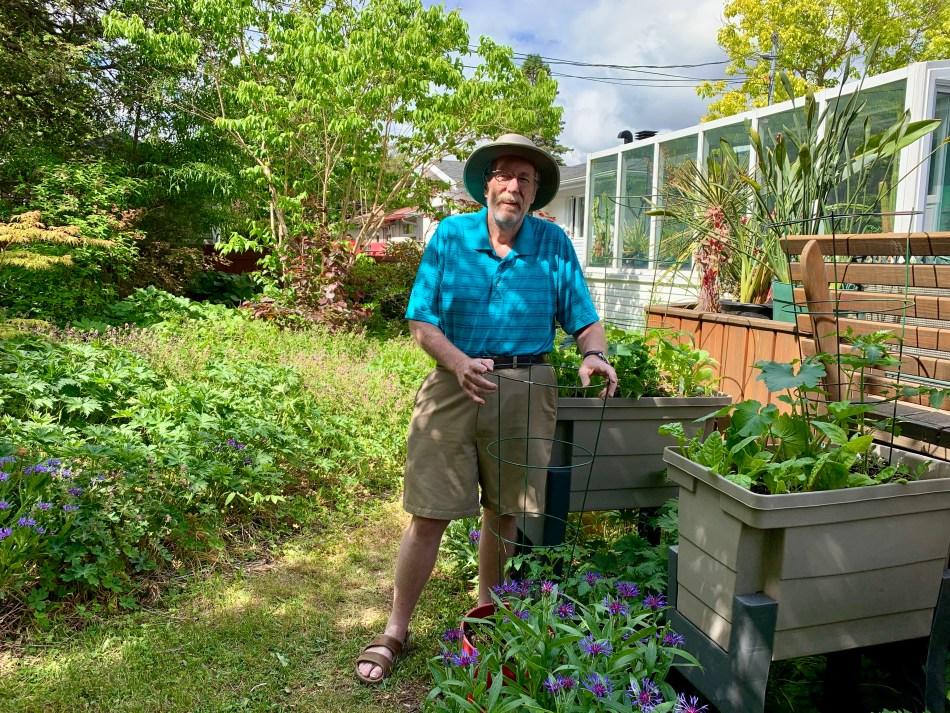 Larry Hodgson dans son jardin